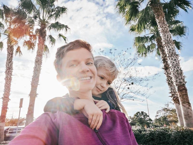 Lycklig vit Caucasian moder- och dotterflicka som utanf?r g?r selfie p? telefonkamera arkivfoton