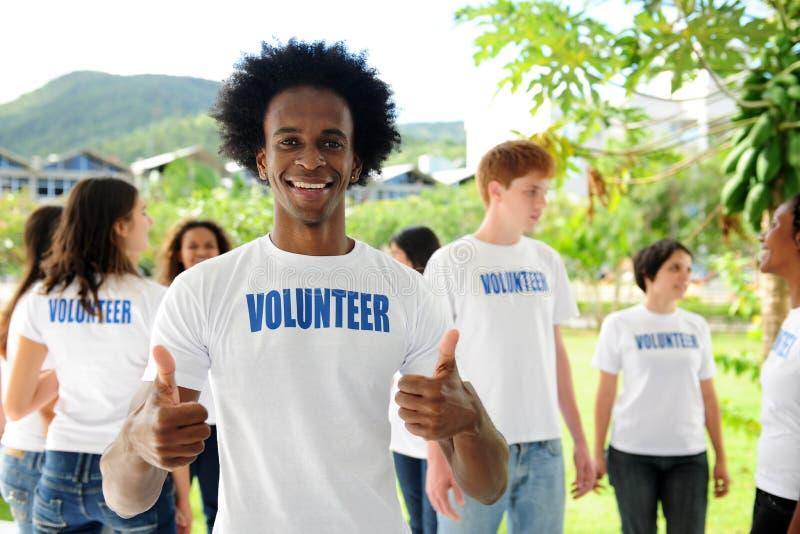 lycklig volontär för afrikansk amerikan royaltyfria bilder