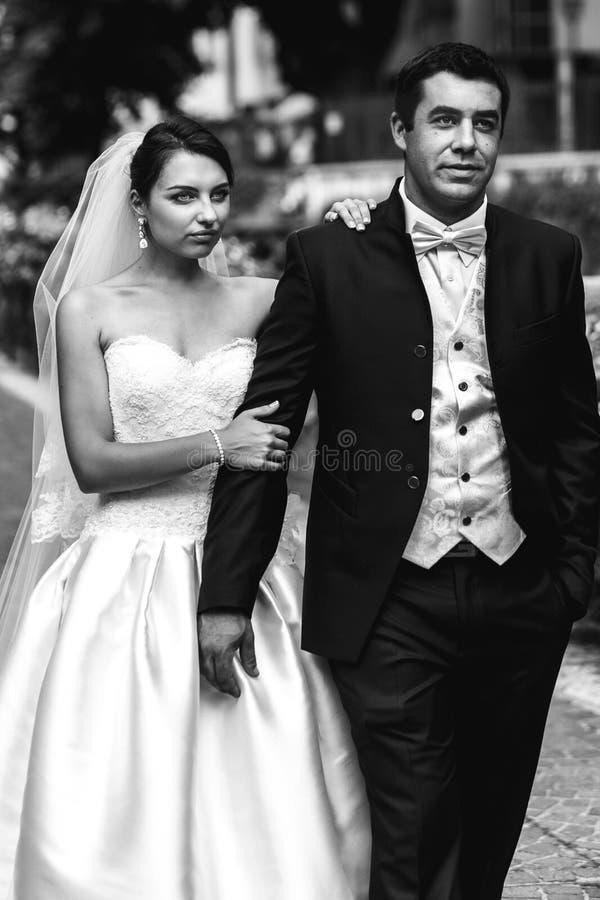 Lycklig wal säker stilig brudgum och härlig emotionell brud royaltyfria bilder