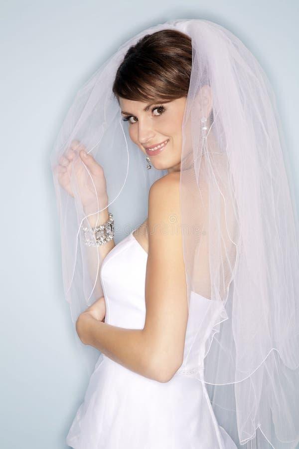 lycklig white för brudklänning royaltyfri foto