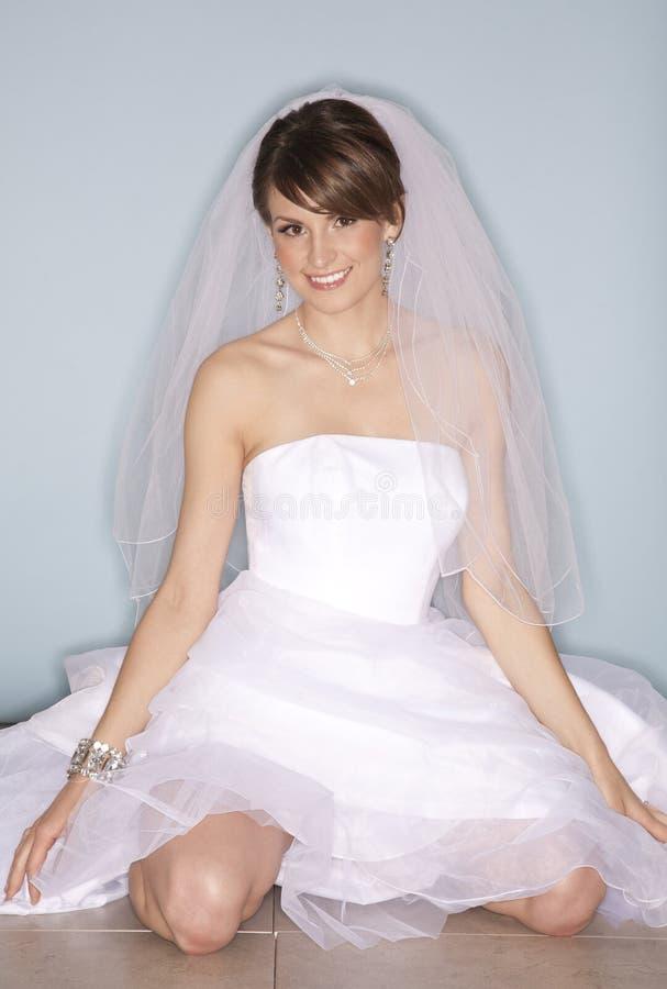 lycklig white för brudklänning arkivfoton