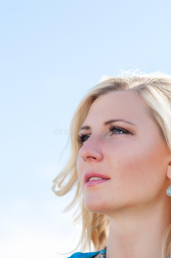 Lycklig womaninstående royaltyfria bilder