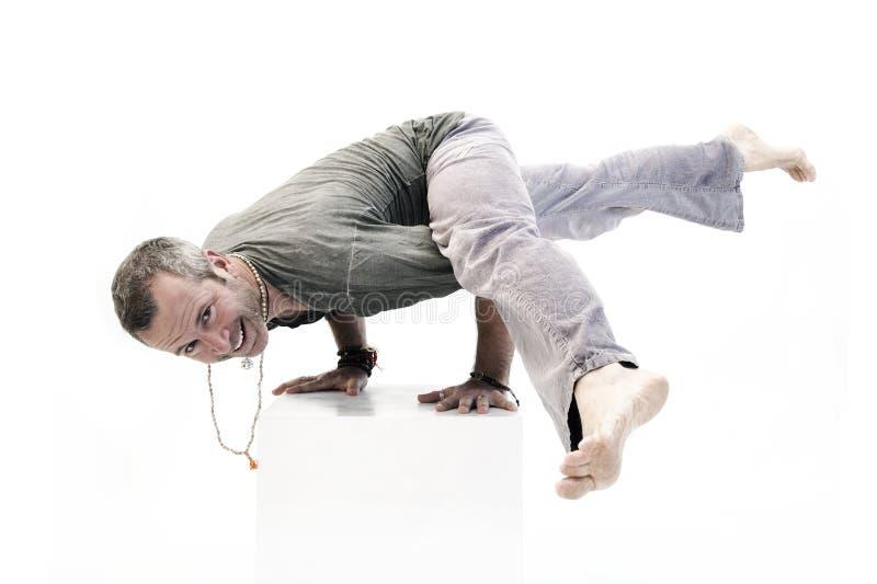 Lycklig yogaman som fotograferas på en vit bakgrund arkivfoton