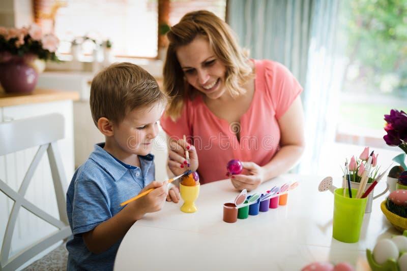 Lyckliga ägg för familjmålningpåsk royaltyfri bild