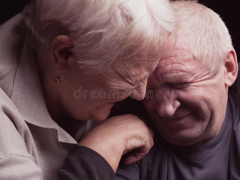 Lyckliga äldre par på en svart bakgrund royaltyfri foto