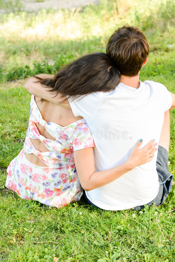 Lyckliga älska barnpar utomhus arkivbild