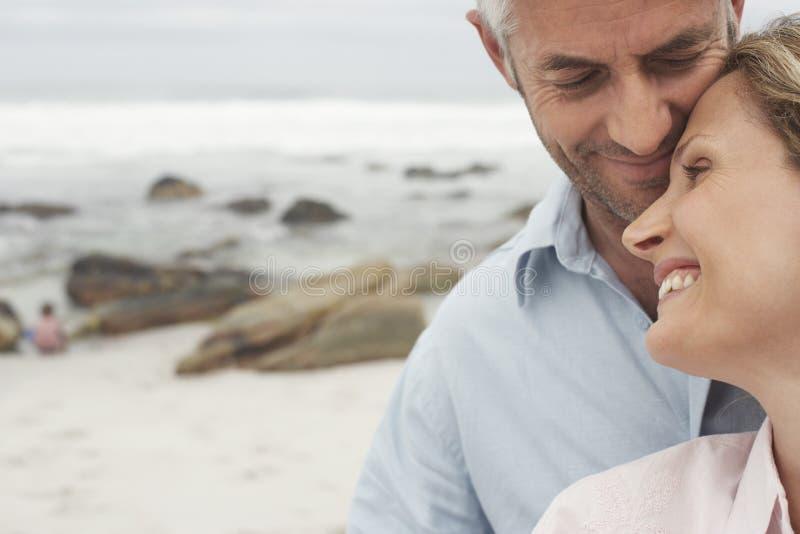 Lyckliga älska par på stranden royaltyfri fotografi