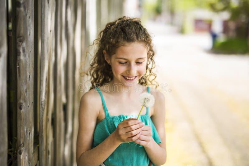 Lyckliga 9 år gammal flicka på sommar arkivbild