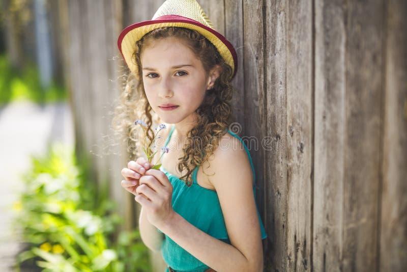 Lyckliga 9 år gammal flicka på sommar royaltyfria bilder