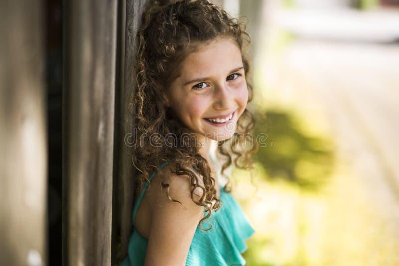 Lyckliga 9 år gammal flicka på sommar royaltyfri bild