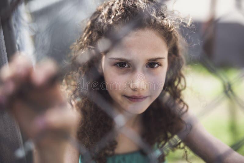Lyckliga 9 år gammal flicka på sommar arkivbilder