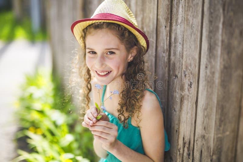 Lyckliga 9 år gammal flicka på sommar fotografering för bildbyråer