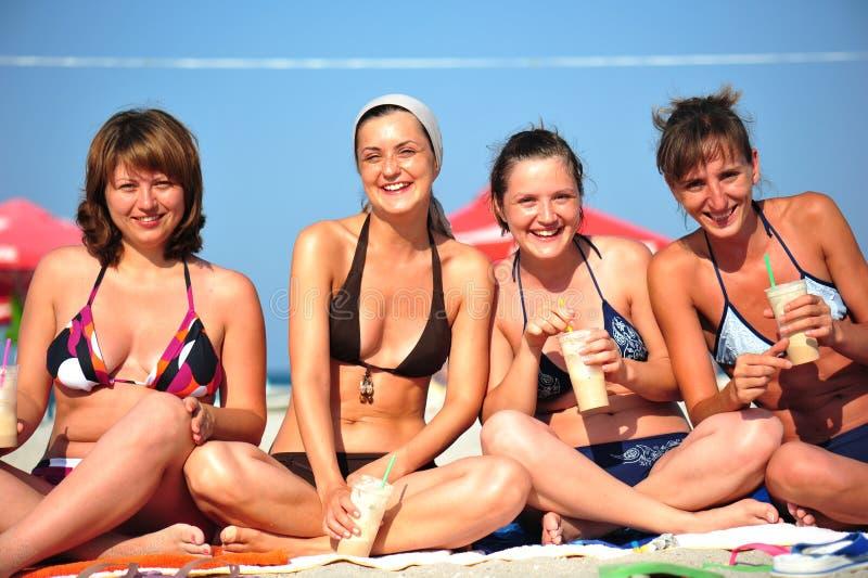 lyckliga ögonblick för strandflickvänner arkivfoto