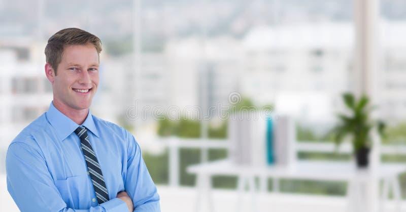 Lyckliga affärsmän i kontoret med hans vikta händer suddighet bakgrund arkivfoto
