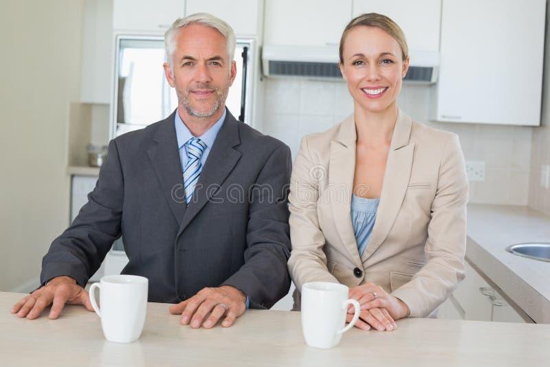 Lyckliga affärspar som har kaffe för arbete i morgon arkivfoton