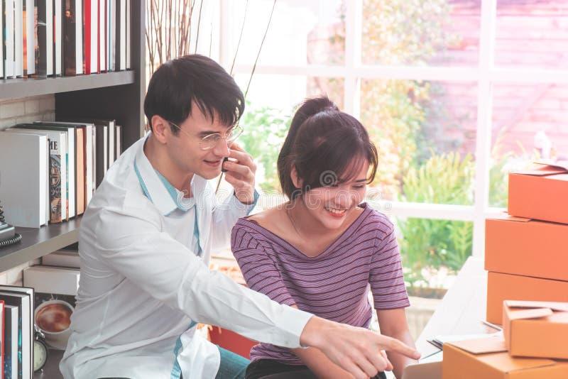 Lyckliga affärspar som tillsammans hemma arbetar arkivfoton