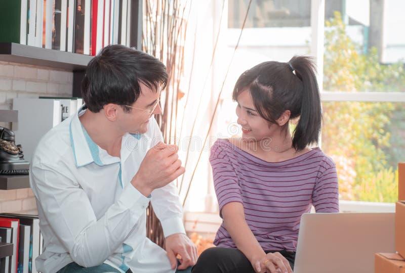 Lyckliga affärspar som tillsammans hemma arbetar royaltyfria bilder