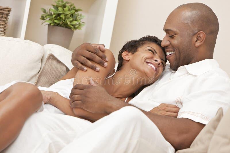 Lyckliga afrikansk amerikanman- & kvinnapar arkivfoto