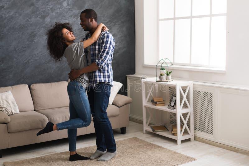 Lyckliga afro- amerikanska par hemma arkivbild