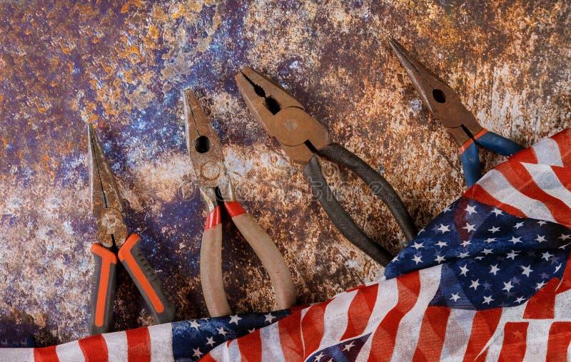 Lyckliga amerikanska flaggan- och konstruktionshjälpmedel för arbets- dag Kopieringsutrymmebakgrund fotografering för bildbyråer