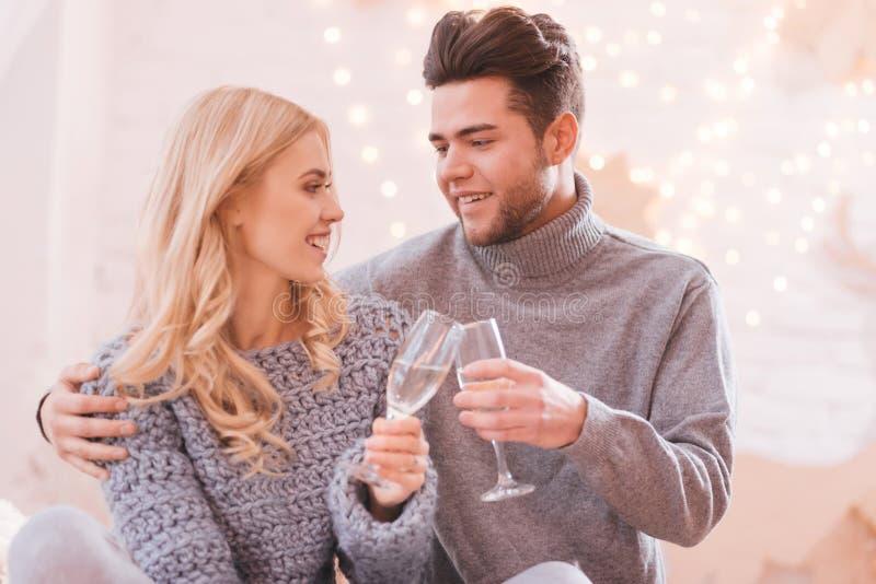 Lyckliga angenäma par som dricker champagne royaltyfria bilder