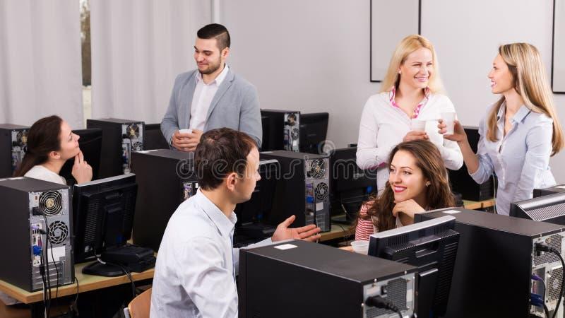 Lyckliga anställda som firar att handla för goda royaltyfri fotografi