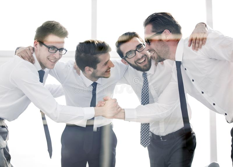 Lyckliga anställda som skakar fast händer med de arkivbilder
