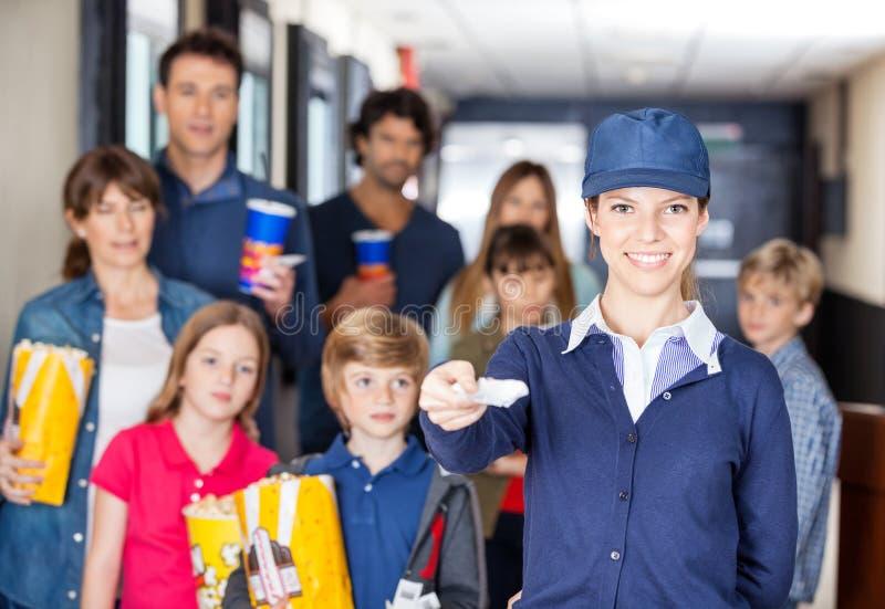 Lyckliga arbetarinnehavbiljetter medan familjer in fotografering för bildbyråer