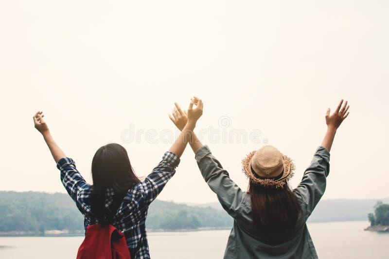 Lyckliga asiatiska kvinnor som kopplar av på ferie, reser begrepp royaltyfria bilder
