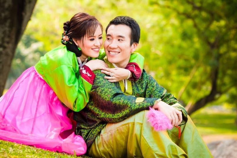 lyckliga asiatiska par arkivfoton