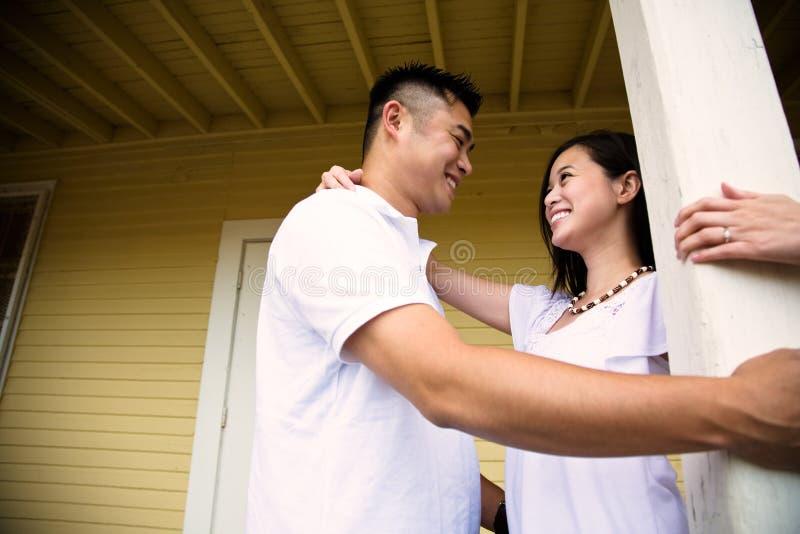 lyckliga asiatiska par arkivfoto