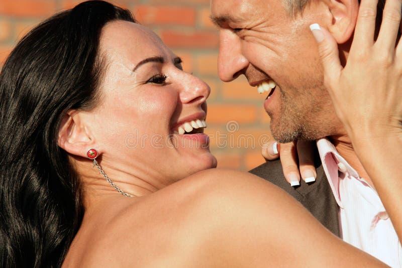 lyckliga attraktiva par royaltyfri fotografi