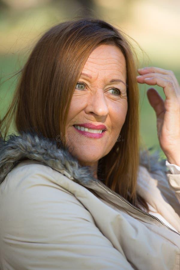 Lyckliga avkopplade attraktiva mognar kvinnan royaltyfri foto