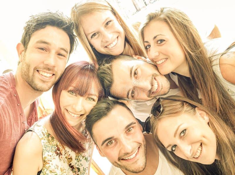 Lyckliga bästa vän som tillsammans tar selfie och har gyckel arkivfoto