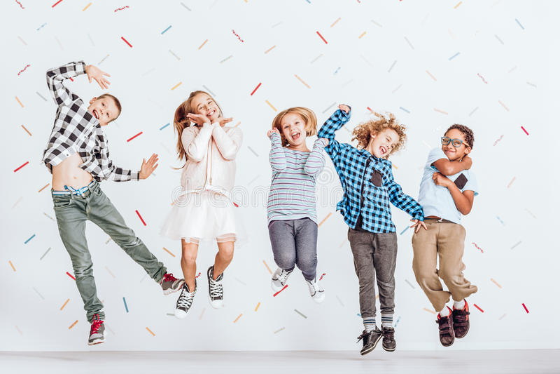lyckliga banhoppningungar fotografering för bildbyråer