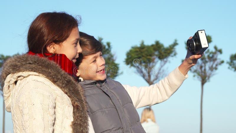 Lyckliga barn gör selfie på kamera royaltyfria foton
