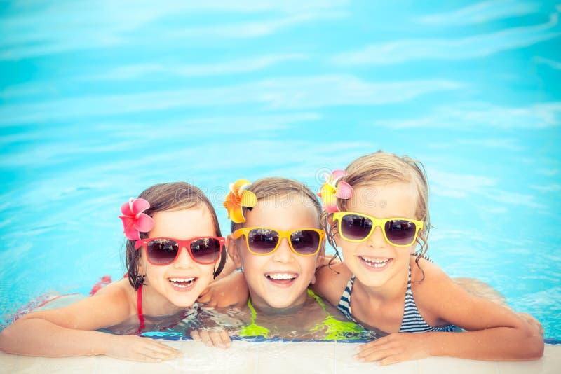 Lyckliga barn i simbassängen royaltyfria foton