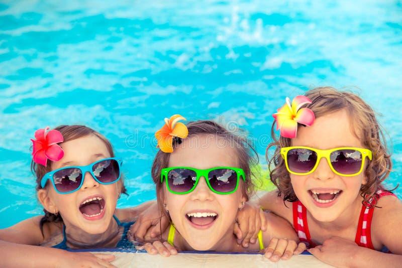 Lyckliga barn i simbassängen royaltyfri foto