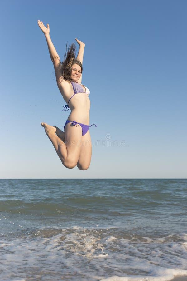 Lyckliga barn i sommaren på stranden fotografering för bildbyråer