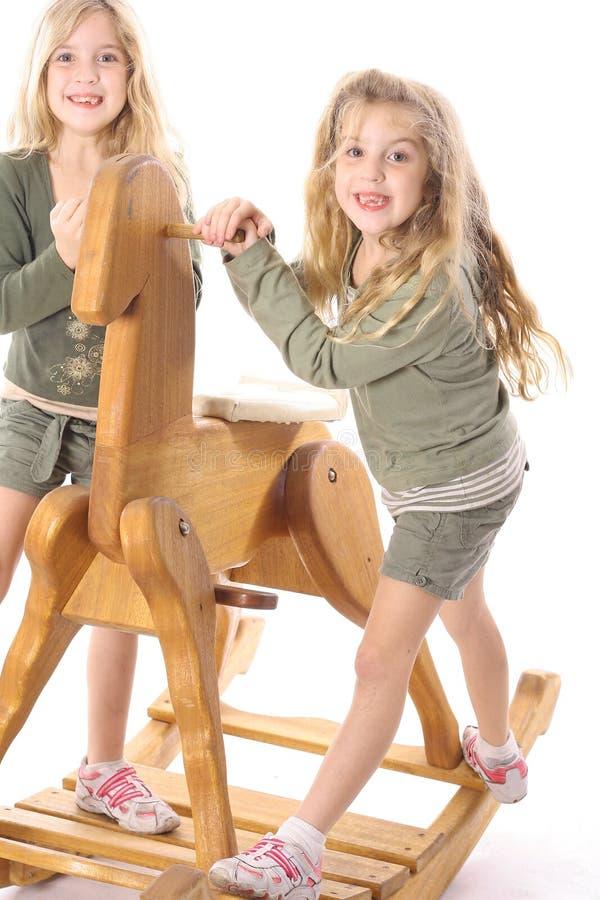 lyckliga barn kopplar samman arkivfoton