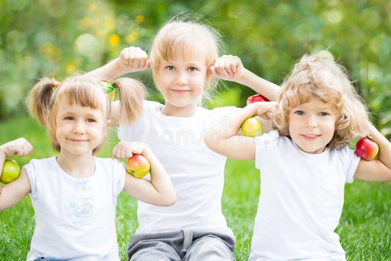 Lyckliga barn med äpplen arkivfoto