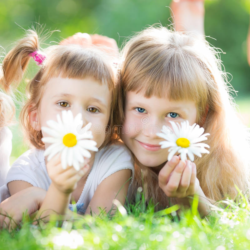 Lyckliga barn med blommor royaltyfri foto