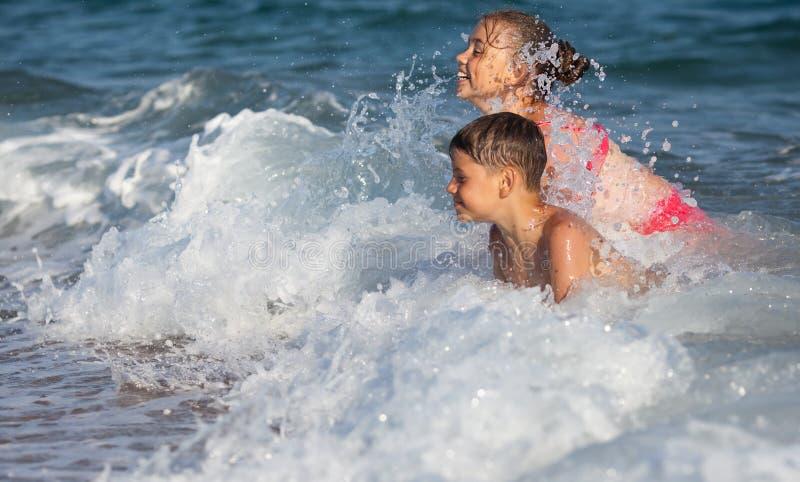 Lyckliga barn och hav royaltyfria bilder