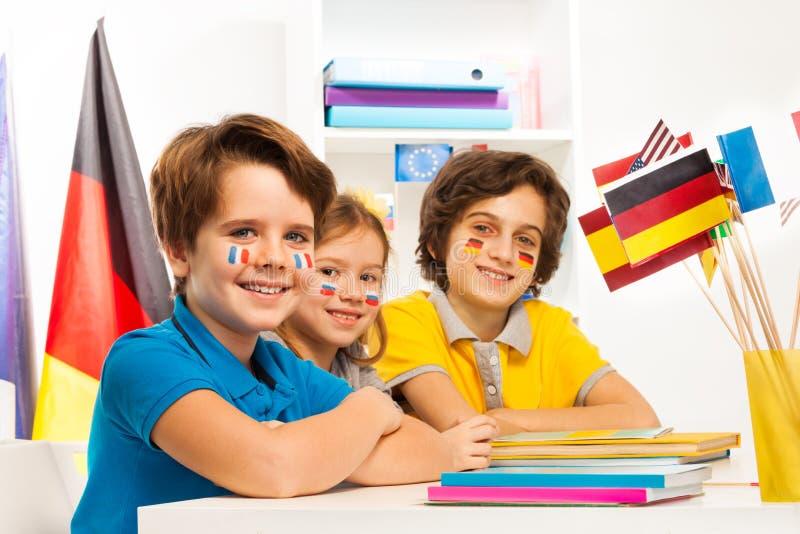 Lyckliga barn på klassrumet som studerar geografi fotografering för bildbyråer