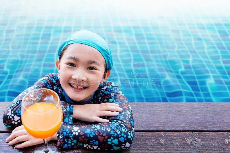 Lyckliga barn på simbassängsidan, flicka som kopplar av med summa royaltyfri fotografi