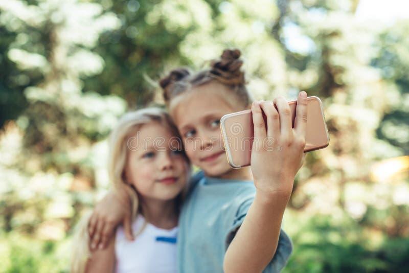 Lyckliga barn som gör foto med mobilen royaltyfri foto