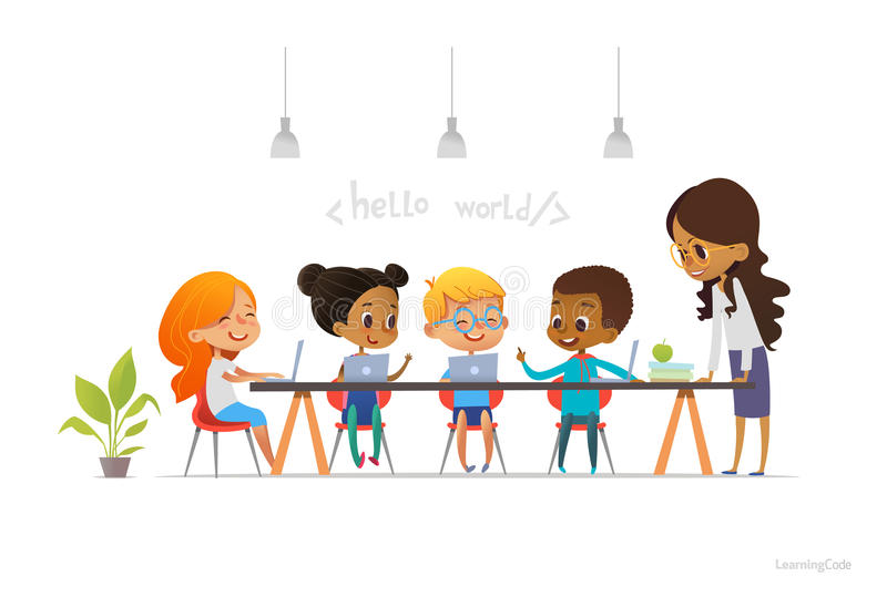 Lyckliga barn som sitter på bärbara datorer och lär att programmera under skolakursen som ler läraren som står nära dem Kodifiera stock illustrationer