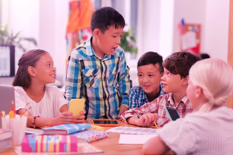Lyckliga barn som skrattar och skojar på skola arkivfoto