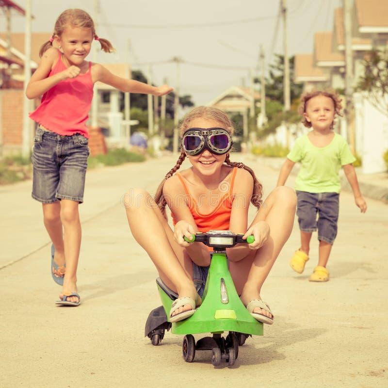 Lyckliga barn som spelar på vägen royaltyfria bilder