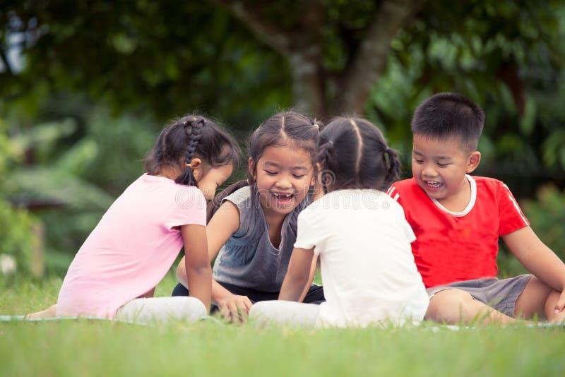 Lyckliga barn som tillsammans spelar och har gyckel i utomhus- royaltyfri fotografi